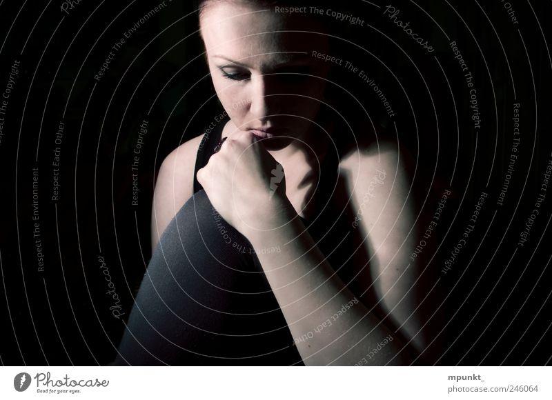 lonesome schön feminin Junge Frau Jugendliche 1 Mensch 18-30 Jahre Erwachsene träumen dunkel Gefühle Einsamkeit Gedeckte Farben Innenaufnahme Studioaufnahme
