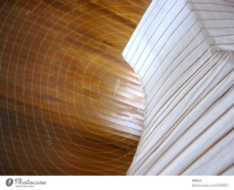 Lampenschirm Häusliches Leben Wohnung Raum Wohnzimmer Holz braun weiß Holzwand Deckenbeleuchtung Perspektive Linie Farbfoto Innenaufnahme Licht