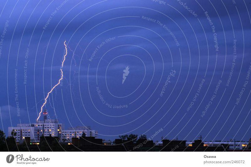 Unwetterwarnung Natur Urelemente Feuer Luft Himmel Wolken Gewitterwolken Nachthimmel Horizont Blitze Stadt Hauptstadt Skyline Gebäude blau Kraft Hochhaus