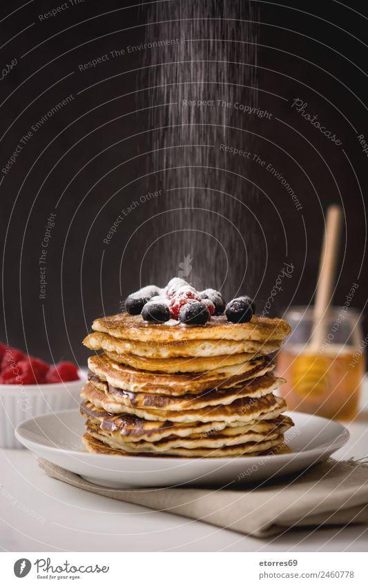 Zucker fällt auf Pfannkuchenzucker Lebensmittel Frucht Brot Kuchen Dessert Süßwaren Frühstück Teller Topf Löffel Blaubeeren Himbeeren Bonbon lecker blau Küche