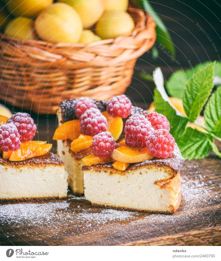 Stückchen Hüttenkäsekuchen Käse Frucht Dessert Süßwaren Ernährung Tisch Essen frisch hell lecker braun rot weiß Farbe Himbeeren Aprikose Käsekuchen Kuchen