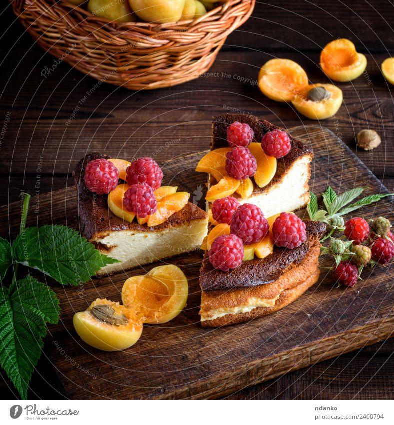 Stückchen Hüttenkäsekuchen Käse Frucht Kuchen Dessert Ernährung Vegetarische Ernährung Tisch frisch lecker braun rot Farbe Himbeeren Aprikose Käsekuchen Beeren