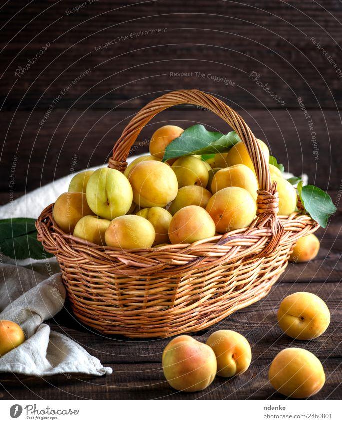 Reife Aprikosen in einem braunen Weidenkorb Frucht Ernährung Vegetarische Ernährung Diät Tisch Essen frisch natürlich saftig gelb Farbe Korb Ackerbau