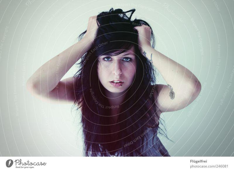 Zwischen uns Mensch Jugendliche Einsamkeit Gesicht feminin Haare & Frisuren Erwachsene Arme Telekommunikation Lippen Tattoo 18-30 Jahre Verzweiflung Piercing gestikulieren zentral