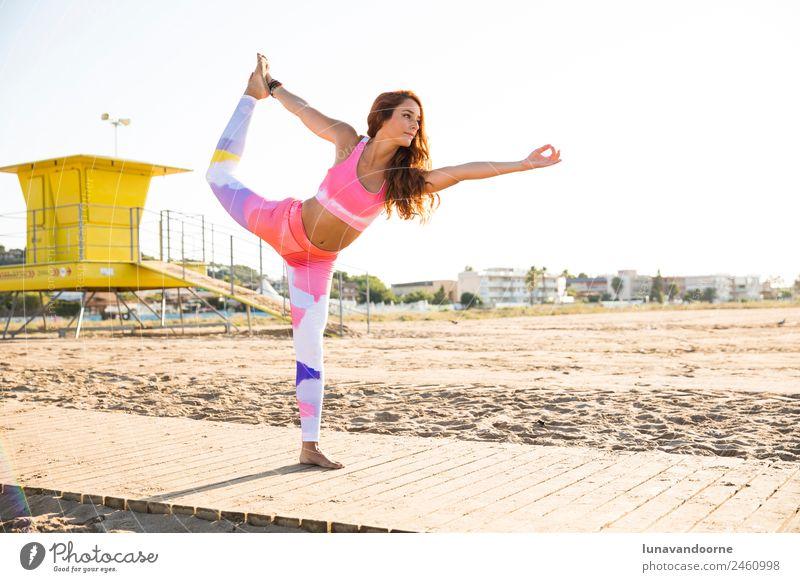 Frau, die Yoga am Strand praktiziert. Lifestyle Sport Fitness Sport-Training feminin Erwachsene 1 Mensch 18-30 Jahre Jugendliche rothaarig Locken Diät sportlich