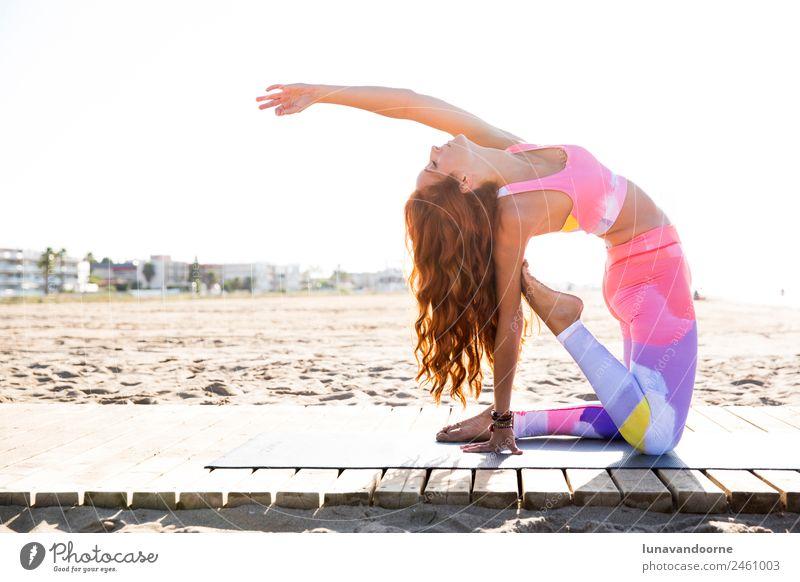 Frau, die Yoga am Strand praktiziert. Lifestyle Sport Fitness Sport-Training Mensch feminin Erwachsene 1 18-30 Jahre Jugendliche Bekleidung rothaarig sportlich