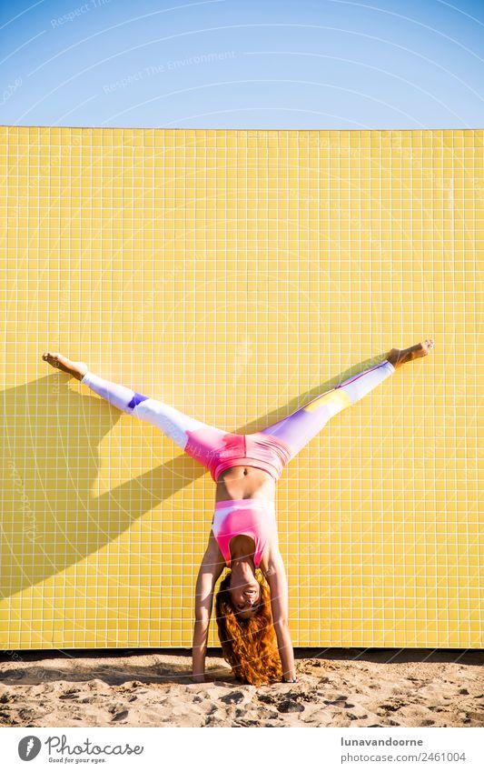 Frau beim Handstand am Strand Lifestyle Sport Fitness Sport-Training Yoga Junge Frau Jugendliche Erwachsene rothaarig dünn Fröhlichkeit Gesundheit Lebensfreude