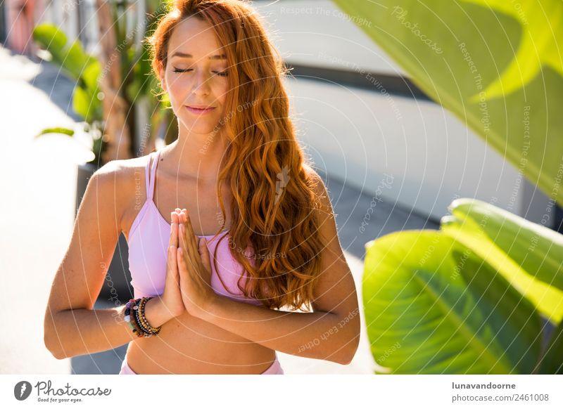 Spanische Frau beim Meditieren vor tropischem Hintergrund Lifestyle Freude Sport Fitness Sport-Training Yoga Junger Mann Jugendliche Erwachsene 1 Mensch