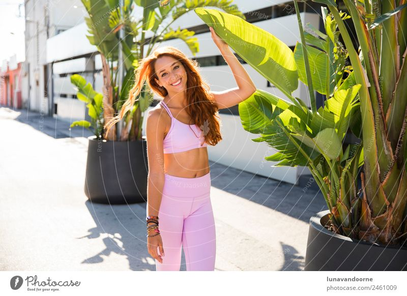Yogalehrer und Blogger über rosa Sportbekleidung Lifestyle Fitness Sport-Training Junger Mann Jugendliche Frau Erwachsene 1 Mensch 13-18 Jahre rothaarig Locken