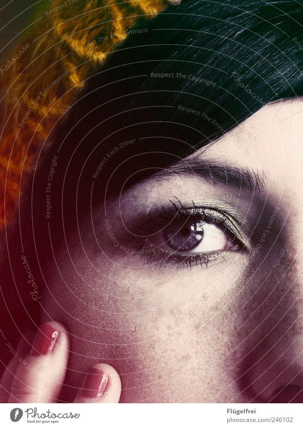 Ein Teil feminin Junge Frau Jugendliche 1 Mensch 18-30 Jahre Erwachsene Blick Auge Anschnitt Bildausschnitt Finger Nagellack Mütze Haare & Frisuren Gesicht