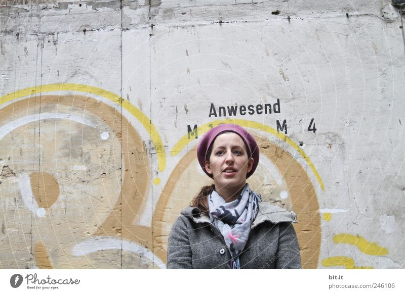 Engel sind immer anwesend ;-) Frau Mensch Jugendliche schön Wand Mauer Graffiti Erwachsene Fassade Beton Bekleidung Schriftzeichen stehen Neugier Jacke Hut