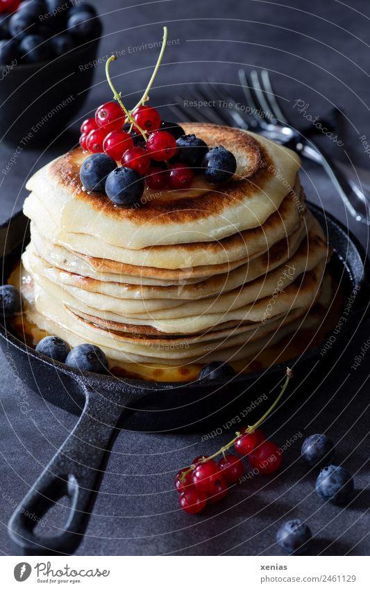 Pfannkuchen mit Johannisbeeren und Blaubeeren rot schwarz gelb Frucht Ernährung süß rund lecker Bioprodukte Frühstück Schalen & Schüsseln Backwaren