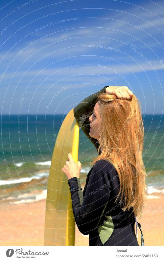 Sexy Surferin Frau Strand Meer Wellen Sport Wassersport Brandung Erwachsene Himmel Küste blond Erotik schön attraktiv Frankreich Europa Baskenland Blauer Himmel