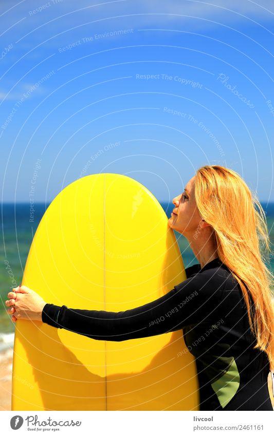 Surferin und gelbes Surfbrett - Frankreich Strand Meer Wellen Sport Wassersport Frau Erwachsene Himmel Küste blond beobachten Erotik attraktiv Europa Baskenland