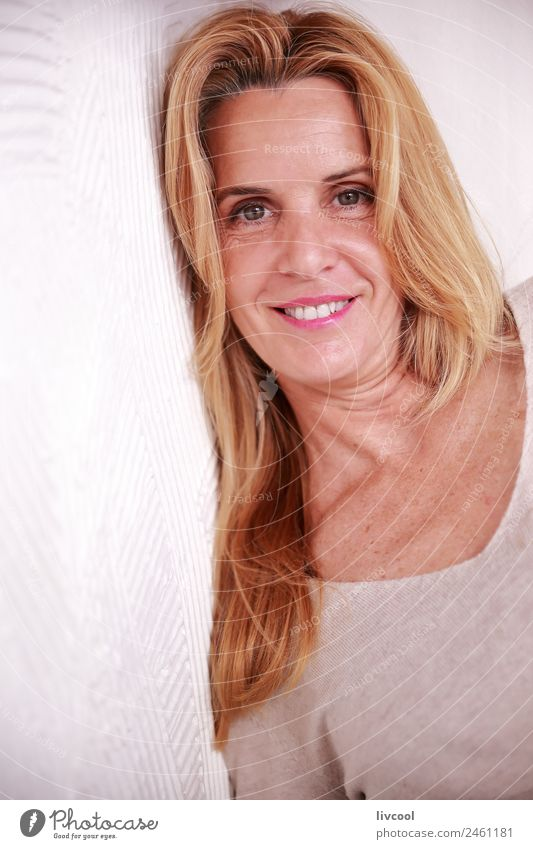 schöne Frau-Donostia Kaffee Glück Erholung Sommer Mensch Erwachsene blond Denken Lächeln sitzen Coolness heiß trinken Bar Beautyfotografie hübsch attraktiv
