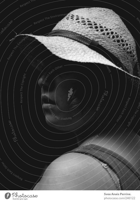 die gärtnerin. feminin Junge Frau Jugendliche Haut Kopf Nase Mund Lippen Schulter 1 Mensch 18-30 Jahre Erwachsene Hut Kopfbedeckung beobachten dick dunkel