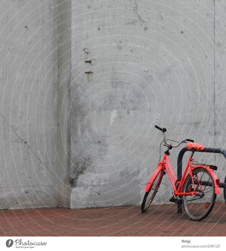 poppig aufgemotzt... rot Farbe dunkel Wand Wege & Pfade grau Stein Mauer Metall braun Fahrrad Beton Design außergewöhnlich stehen Pause