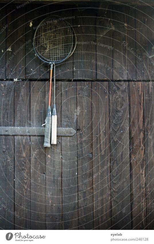 An den Nagel gehängt alt Wand Sport Holz Mauer Gebäude braun Tür dreckig Fassade trist retro Netz dünn Hütte trashig