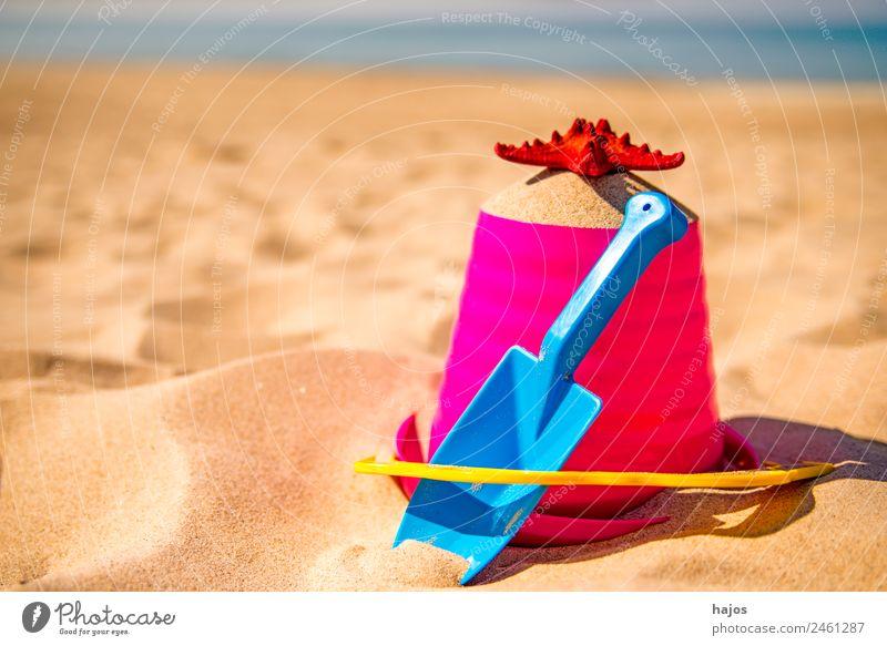 Sandeleimer mit Schaufel und Seestern am Strand Freude Erholung Ferien & Urlaub & Reisen Sommer Kind gelb Tourismus Sandelspielzeug Eimer Spielzeug Sandstrand