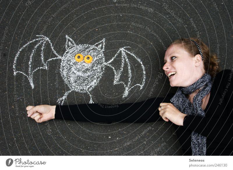 mir ist das was zugeflogen Mensch Frau Jugendliche Hand Tier Gesicht Erwachsene Spielen lachen Glück Freizeit & Hobby Arme Beton Fröhlichkeit Flügel festhalten