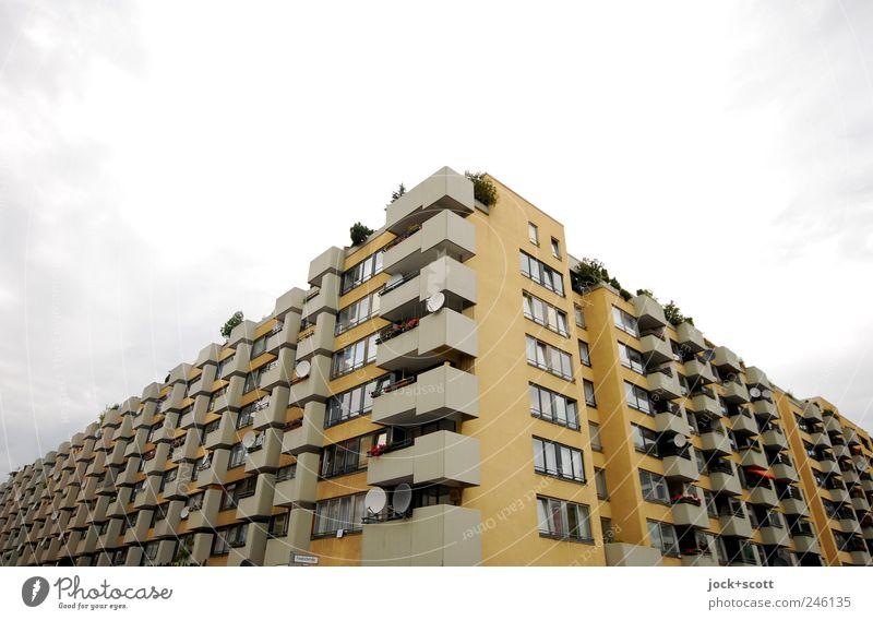 architektonische Breitseite (Ecke) Parabolantenne schlechtes Wetter Stadthaus Gebäude Fassade Balkon Beton eckig hässlich modern trist gelb Schutz