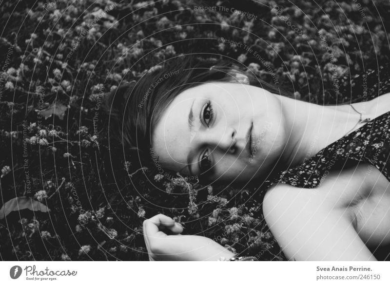 das ich an etwas festhielt was nicht mehr existierte. feminin Junge Frau Jugendliche Haare & Frisuren Gesicht 1 Mensch 18-30 Jahre Erwachsene Park liegen