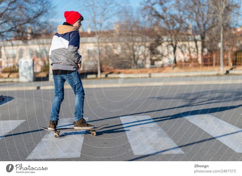 Kind Mensch Jugendliche Mann Sommer Erholung Freude Straße Erwachsene Lifestyle Sport Junge Mode Freizeit & Hobby springen maskulin