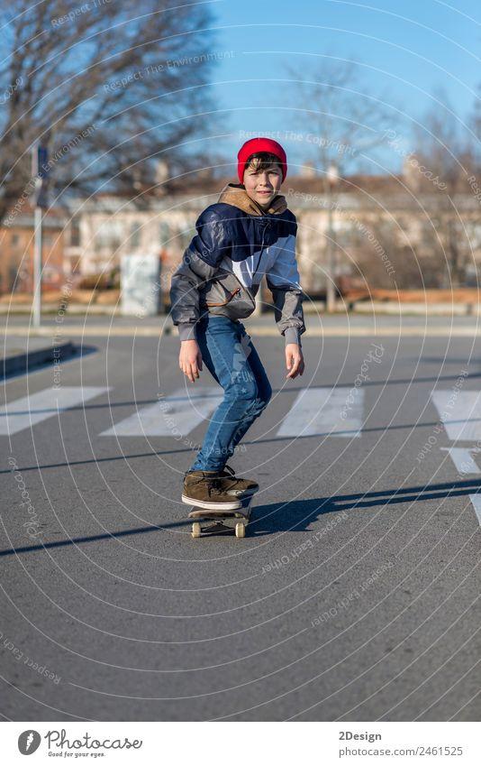 Teenager üben mit Skateboard in der Sunrise City. Lifestyle Freude Erholung Freizeit & Hobby Sommer Sport Kind Mensch maskulin Junge Mann Erwachsene Jugendliche