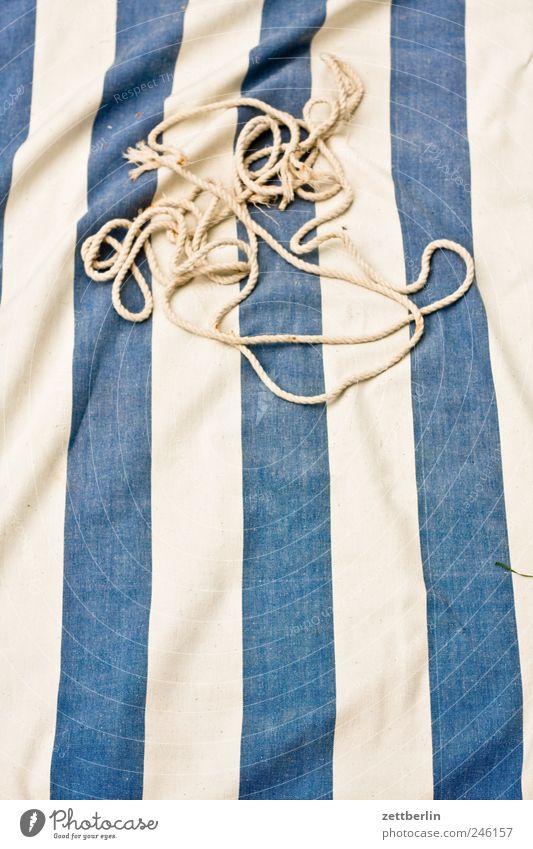 Hängematte (kaputt) Stoff Textilien Design Streifen gestreift Schnur Seil vertikal Zerreißen gerissen Schlaufe Knoten Muster
