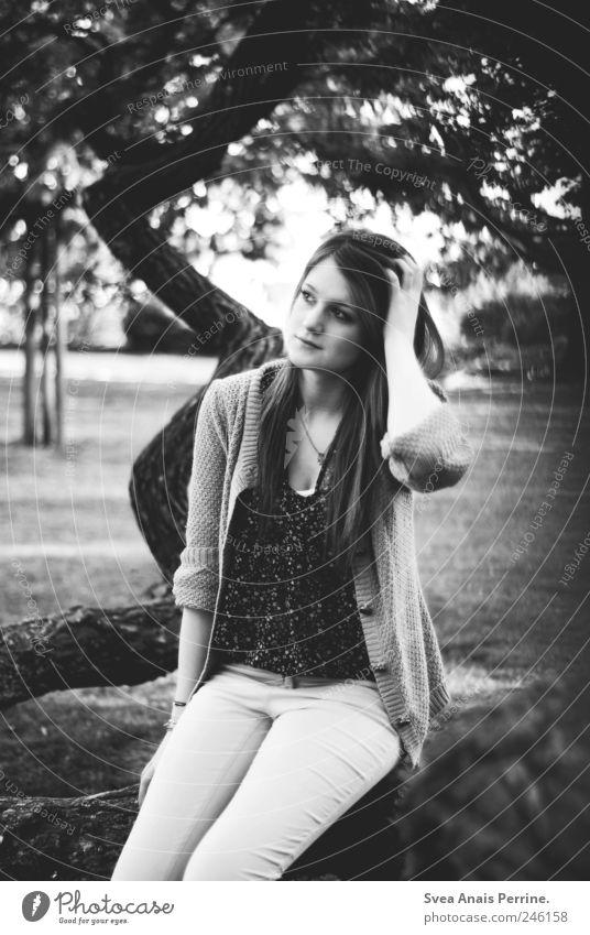 träumen, vom neuen wünschen. Mensch Jugendliche Erwachsene Traurigkeit Denken träumen Park T-Shirt Ast dünn Hose Schönes Wetter 18-30 Jahre langhaarig Junge Frau Blick