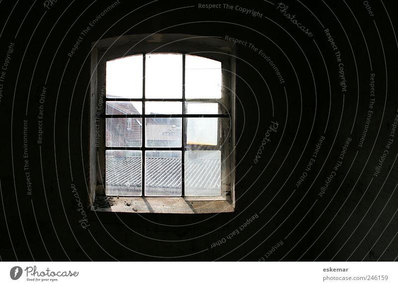 Fenster Wohnung Raum Dachboden Altstadt Menschenleer Haus Bauwerk Gebäude Mauer Wand Dachfenster Innenhof alt ästhetisch authentisch retro grau schwarz Stimmung