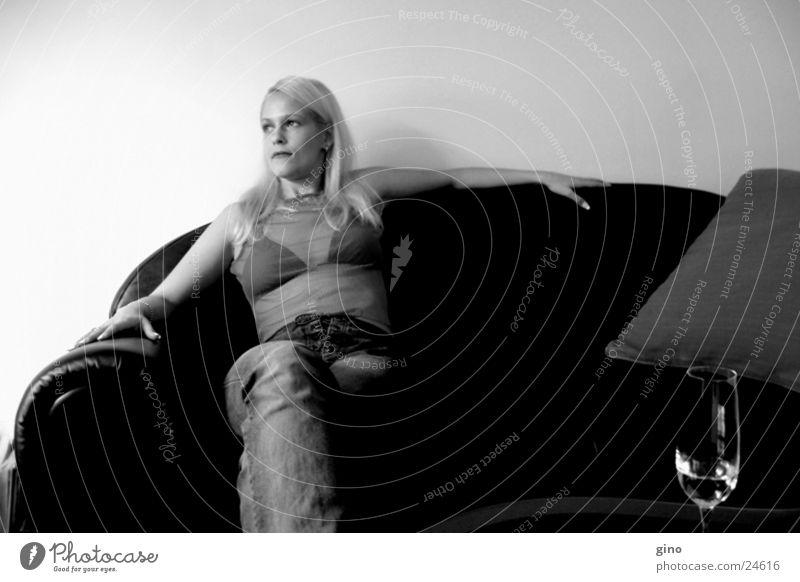 die couch Sofa blond feminin Licht Dinge Schwarzweißfoto Schatten