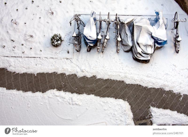 Winterhof weiß Winter kalt Schnee Wege & Pfade Fahrrad Sauberkeit Hinterhof Schneelandschaft Hof Eiskristall Saison Innenhof Vogelperspektive Landschaft Neuschnee