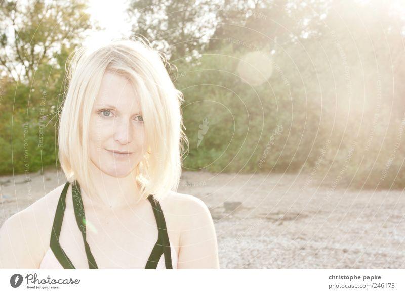 Vanilla Sky Sommer feminin Junge Frau Jugendliche 1 Mensch 18-30 Jahre Erwachsene Sonnenaufgang Sonnenuntergang Sonnenlicht Schönes Wetter Küste Seeufer