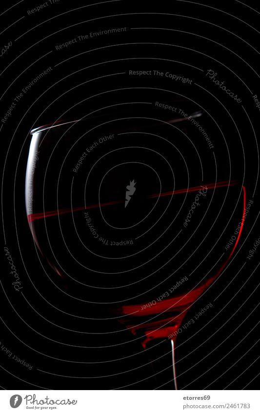 Rotes Getränk im Becher auf schwarzem Hintergrund Abendessen Erfrischungsgetränk Alkohol Wein Glas rot Weinglas dunkel Flüssigkeit Kristallglas Silhouette