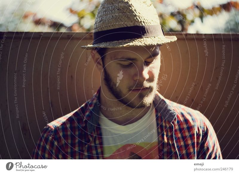 - maskulin Junger Mann Jugendliche Kopf Gesicht 1 Mensch 18-30 Jahre Erwachsene Accessoire Hut Bart Vollbart Coolness rebellisch Farbfoto Außenaufnahme