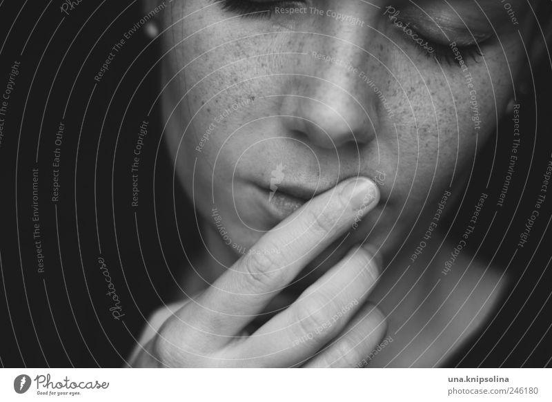 punktpunktpunkt Frau Mensch Jugendliche Gesicht feminin Gefühle Erwachsene träumen Stimmung Finger Romantik Lippen Sehnsucht berühren Küssen Vertrauen