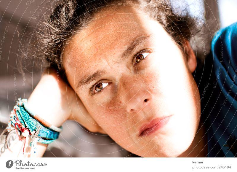 All the same Frau Mensch Gesicht ruhig Auge Leben feminin Gefühle Kopf Haare & Frisuren Traurigkeit Erwachsene Mund braun Nase liegen