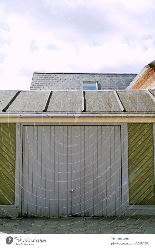 """""""Jaja, es ist alles in Ordnung..."""" grün Wolken Haus Holz grau kaputt Sicherheit Häusliches Leben Dach Zerstörung anstrengen Garage Desaster verlieren Dänemark Ordnung"""