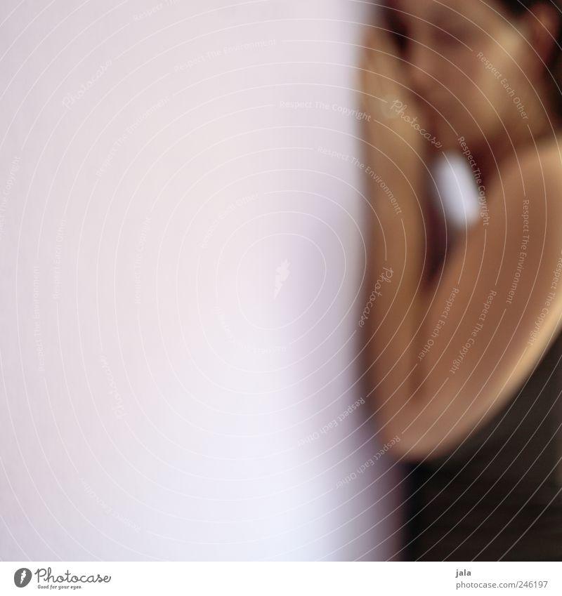 for hoped Mensch feminin Frau Erwachsene 1 Mauer Wand ästhetisch hell Gefühle Farbfoto Innenaufnahme Textfreiraum links Textfreiraum Mitte Hintergrund neutral