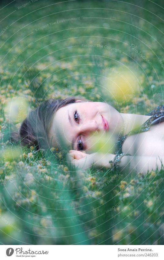 wiesenkind. Mensch Jugendliche Sommer Freude Blume Erwachsene Gesicht Wiese feminin Haare & Frisuren Glück Frühling Park Zufriedenheit natürlich liegen