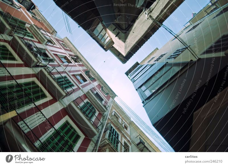Mein Name ist Trophobie, Klaus Trophobie Himmel alt Stadt grün blau rot Haus dunkel Wand Fenster Mauer Gebäude Luft Fassade Tourismus