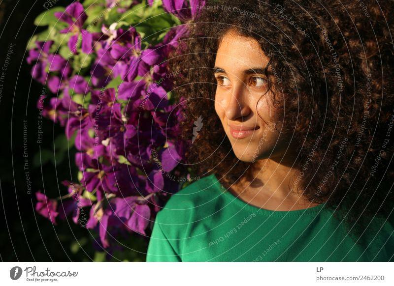 Portrait- und lilafarbene Blumen Lifestyle elegant Stil Freude schön Haare & Frisuren Gesicht Wellness Leben harmonisch Wohlgefühl Zufriedenheit Sinnesorgane
