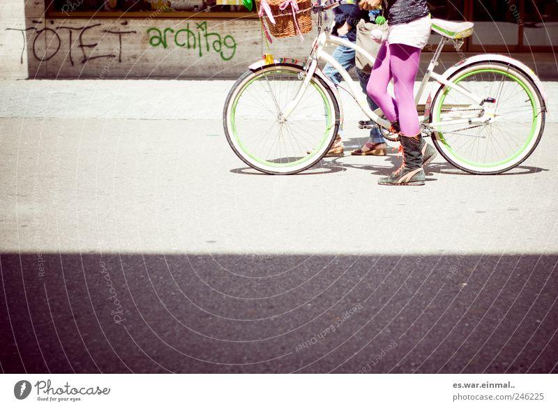 messages Mensch Jugendliche Graffiti sprechen Beine Zusammensein Fahrrad rosa außergewöhnlich verrückt Lifestyle einzigartig violett trashig Willensstärke Punk