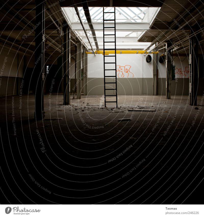 Sternenweg zum Hafen alt Haus dunkel Wand Graffiti Mauer Stimmung dreckig Treppe authentisch Vergänglichkeit beobachten Neugier Fabrik Vergangenheit Verfall