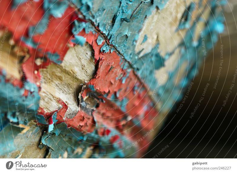 Lackschaden alt blau rot Holz braun Zeit kaputt Wandel & Veränderung Vergänglichkeit verfallen Vergangenheit trashig bizarr Zerstörung verwittert
