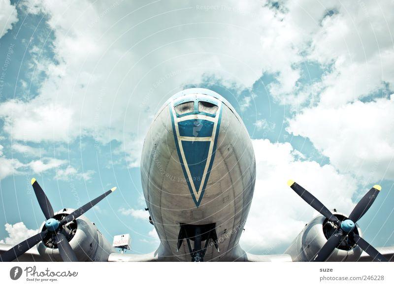 Flug über Luftverkehr Umwelt Himmel Wolken Wetter Schönes Wetter Flugzeug Propellerflugzeug alt historisch blau grau Mitte fliegen Triebwerke Metall Farbfoto
