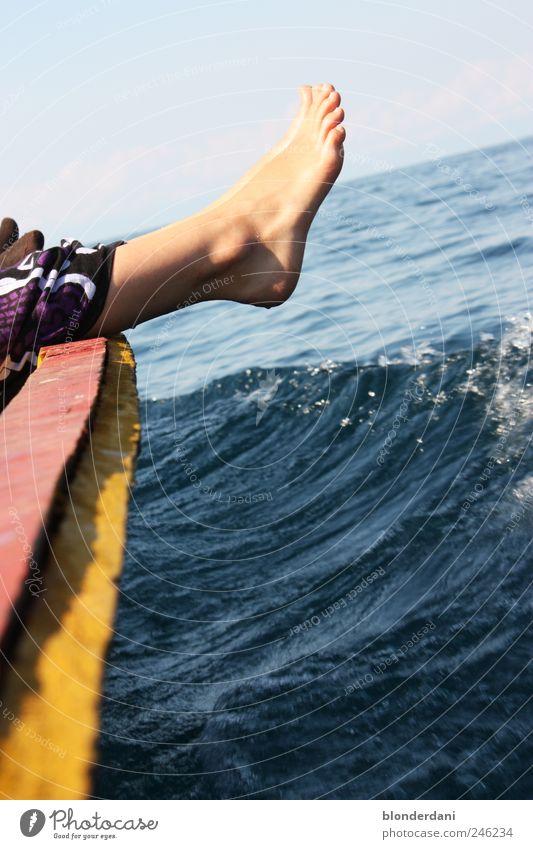 """""""Wasserfüße"""" Schwimmen & Baden Freizeit & Hobby Angeln Meer Natur Luft Bootsfahrt Fischerboot fahren schlafen Zufriedenheit Gelassenheit ruhig bequem Farbfoto"""