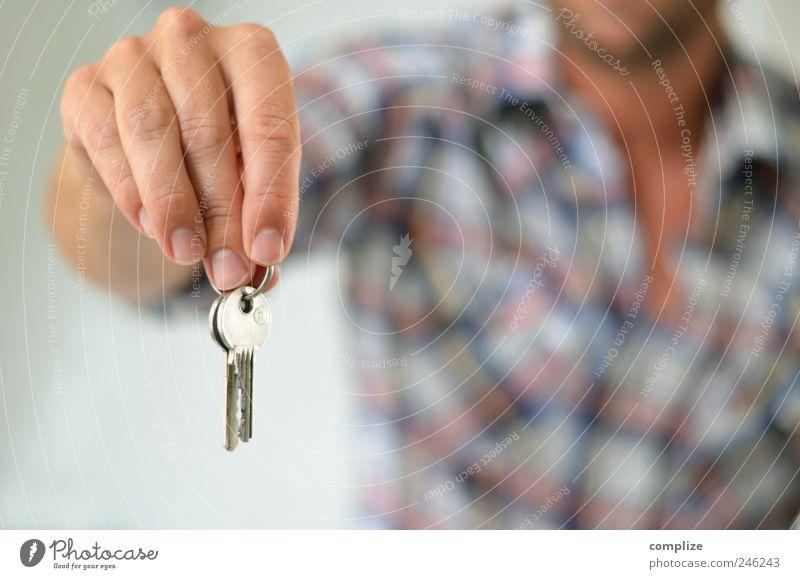 Der Schlüssel zum Glück Mensch Mann Hand Haus Erwachsene Wohnung Finger maskulin Lifestyle Zukunft Häusliches Leben Baustelle Freundlichkeit Reichtum Hemd Umzug (Wohnungswechsel)