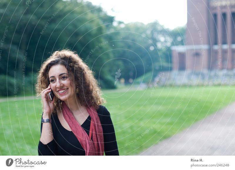 Hi ! Handy Mensch feminin 1 18-30 Jahre Jugendliche Erwachsene Sommer Park Wiese T-Shirt Schal Haare & Frisuren brünett langhaarig Locken gehen Kommunizieren